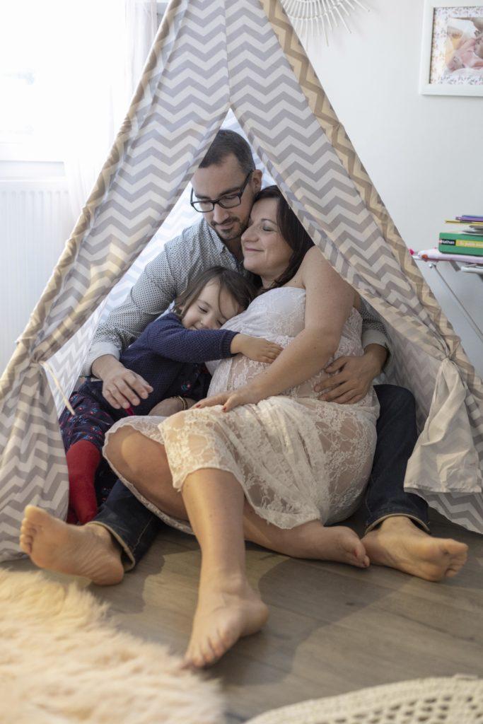 Photos de maternité lifestyle à domicile