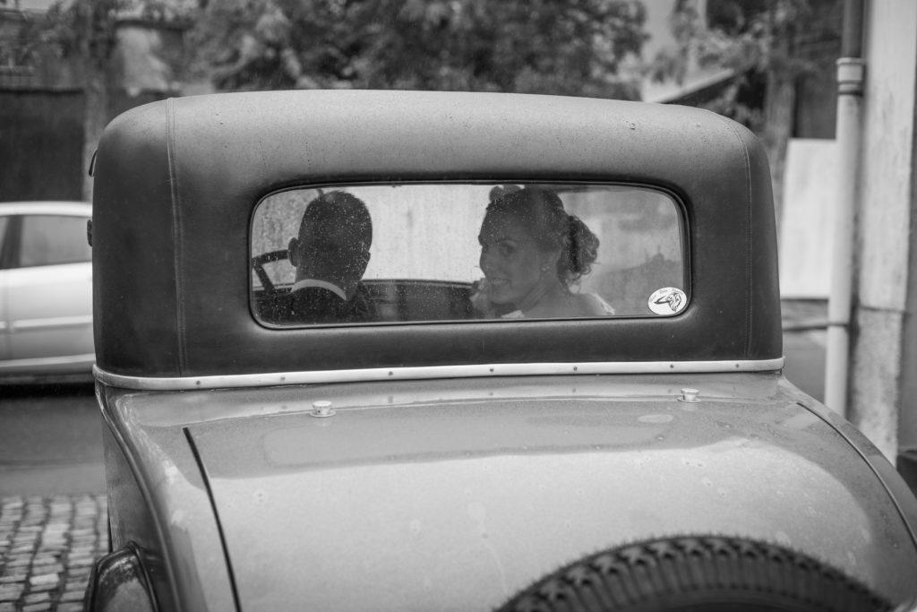 Photos de mariés dans une voiture ancienne