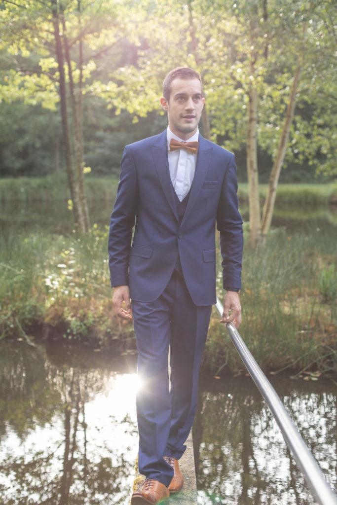 Portrait de marié près d'un étang