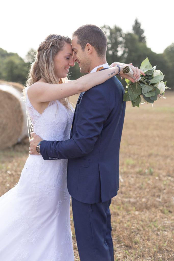 Photo de couple mariage dans un champ