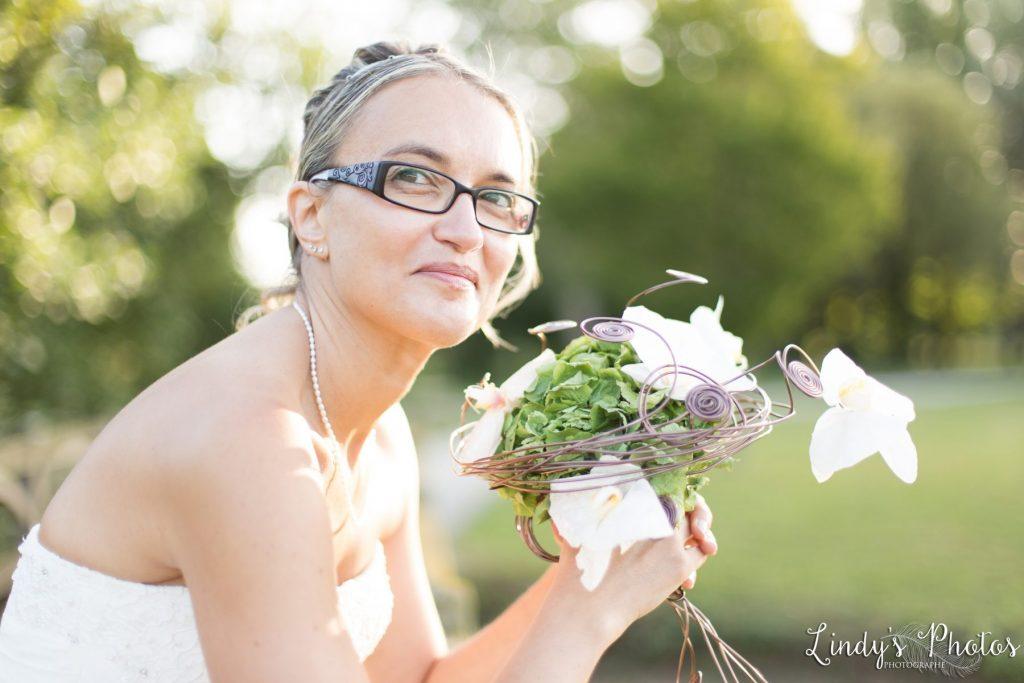 Portrait de mariée dans un parc