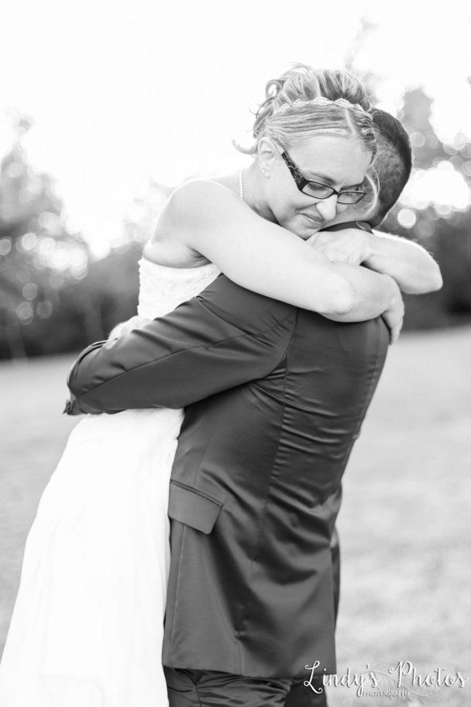 Photo de couple mariage dans un parc