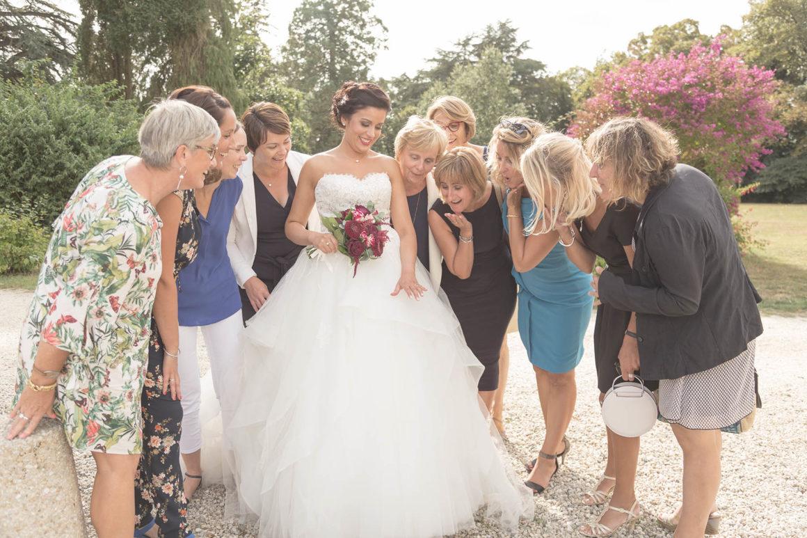 Photo de la mariée entourée de ses amies regardant son alliance